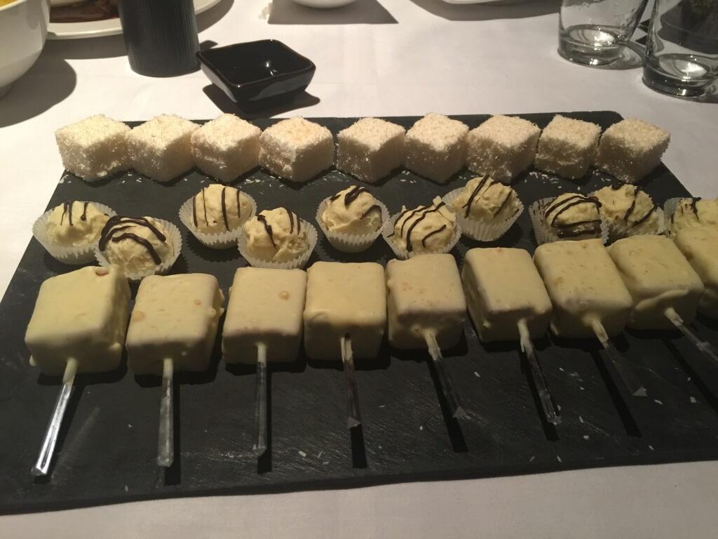 レッドベルヘ:ッド: 中が赤い : 甘じょっぱい : ホワイトチョコ×ケーキ:ピスタチオのトリュフチョコ : マシュマロ
