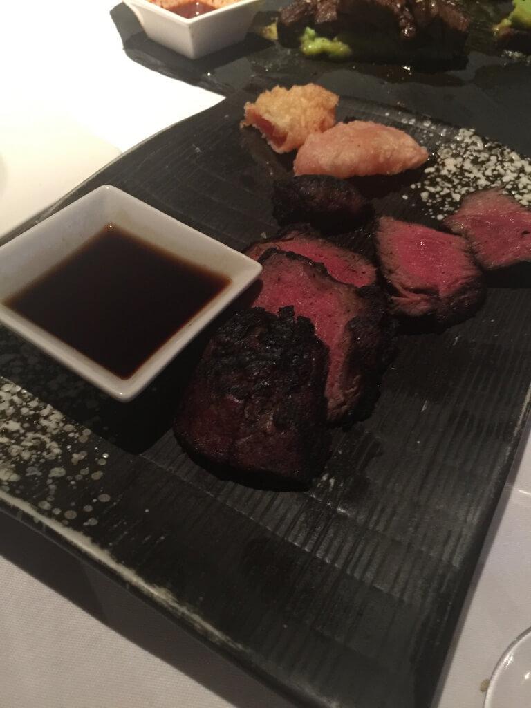 牛ヒレ肉のステーキ: パプリカの天ぷら